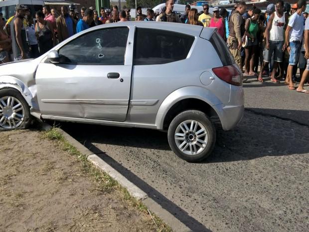 Vítima perdeu controle do veículo e subiu em canteiro (Foto: Ed Santos / Acorda Cidade)