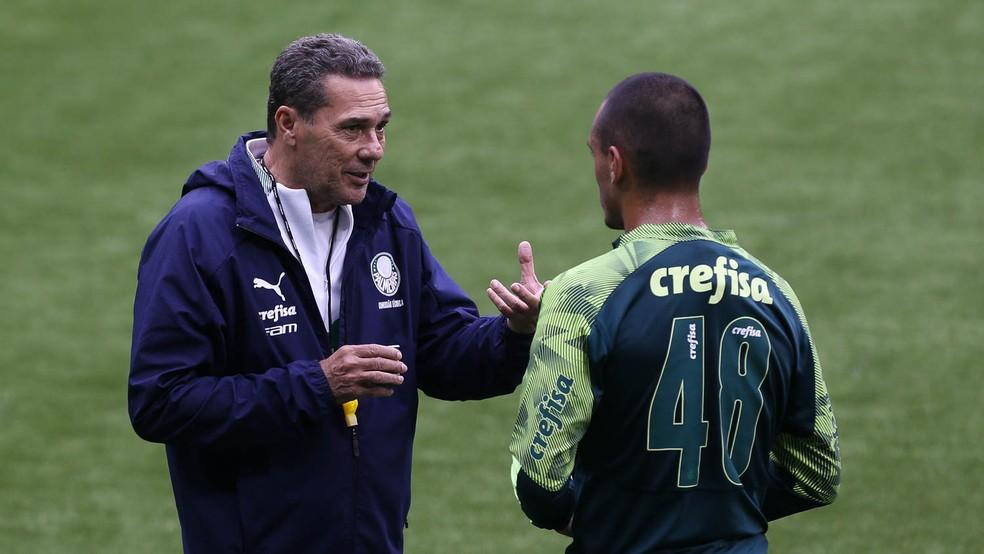 Conversa de Vanderlei Luxemburgo com Gabriel Menino durante treino do Palmeiras — Foto: Cesar Greco / Ag. Palmeiras