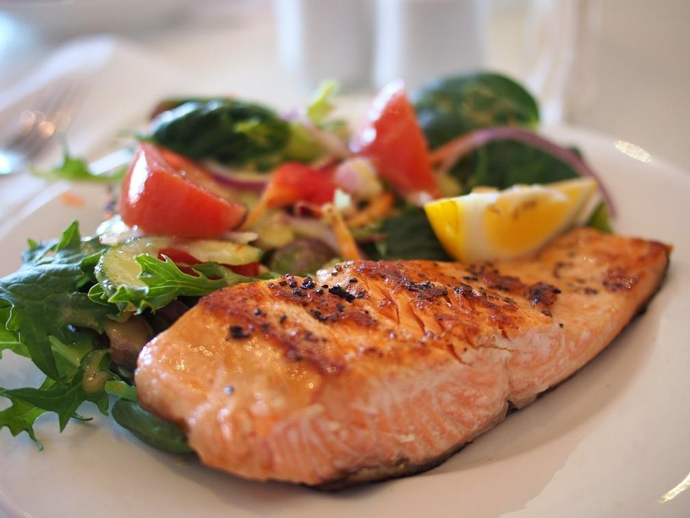Salmão com vegetais fazem parte de dieta saudável, segundo Malhotra (Foto: Pixabay)