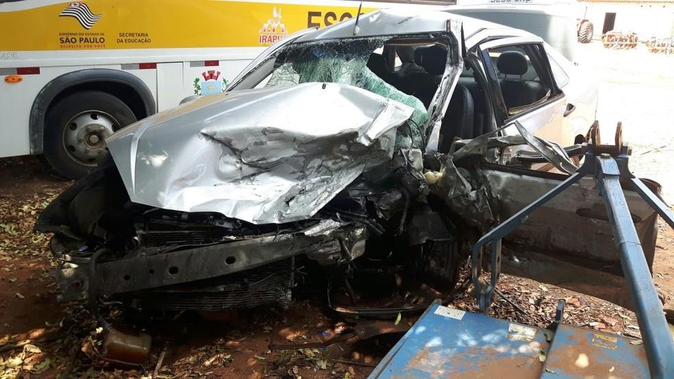 Um dos carros envolvido no acidente ficou com a frente destruído (Foto: Monize Poiani/TV TEM)