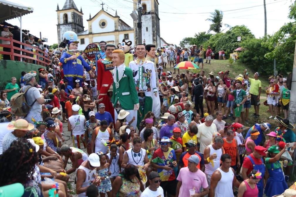 Bonecos gigantes se unem aos foliões que acompanham o Bacalhau do Batata em Olinda, nesta quarta (6) — Foto: Aldo Carneiro/Pernambuco Press