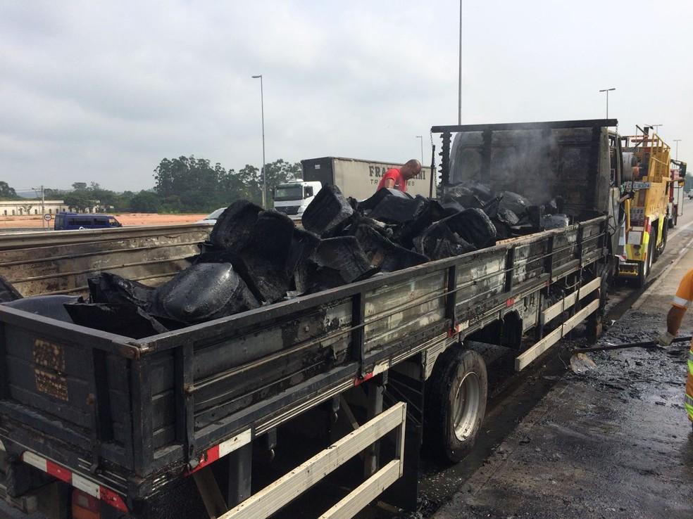 Caminhão carregado de cadeiras plásticas pega fogo na Dutra (Foto: Arthur Costa/ TV Vanguarda)