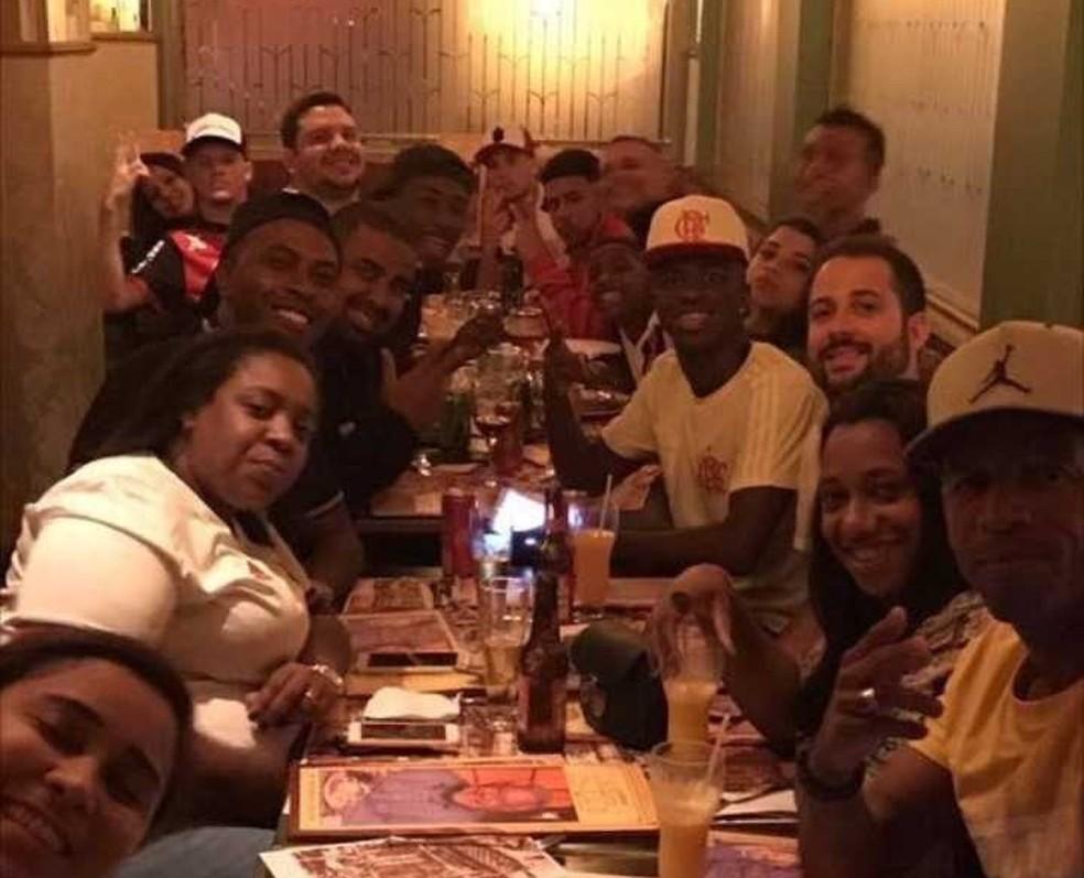 Vinícius Júnior com a família em restaurante após marcar o primeiro gol pelo Flamengo (Foto: Arquivo pessoal)
