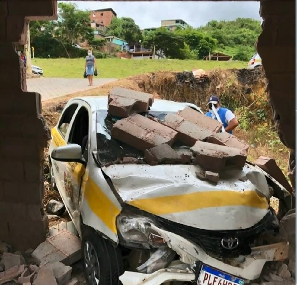 Carro de autoescola ficou danificado após aluna perder o controle e bater o veículo contra muro, em Ibatiba — Foto: Reprodução/TV Gazeta