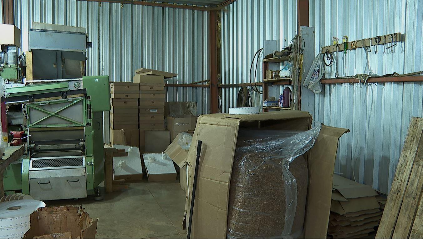 Fábrica clandestina de cigarros fechada em Cássia dos Coqueiros tinha isolamento acústico e passagem secreta, diz polícia