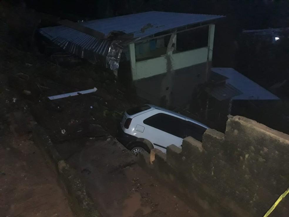 Veículo derrubou muro e foi parar em encosta após queda de barreira em Cachoeiras de Macacu, no RJ — Foto: Defesa Civil / Divulgação