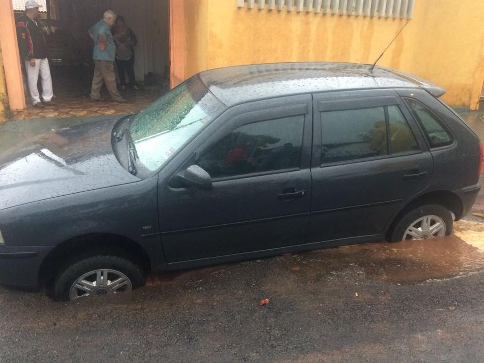 Carro ficou afundado no asfalto em bairro de Rio Preto  (Foto: Arquivo Pessoal)