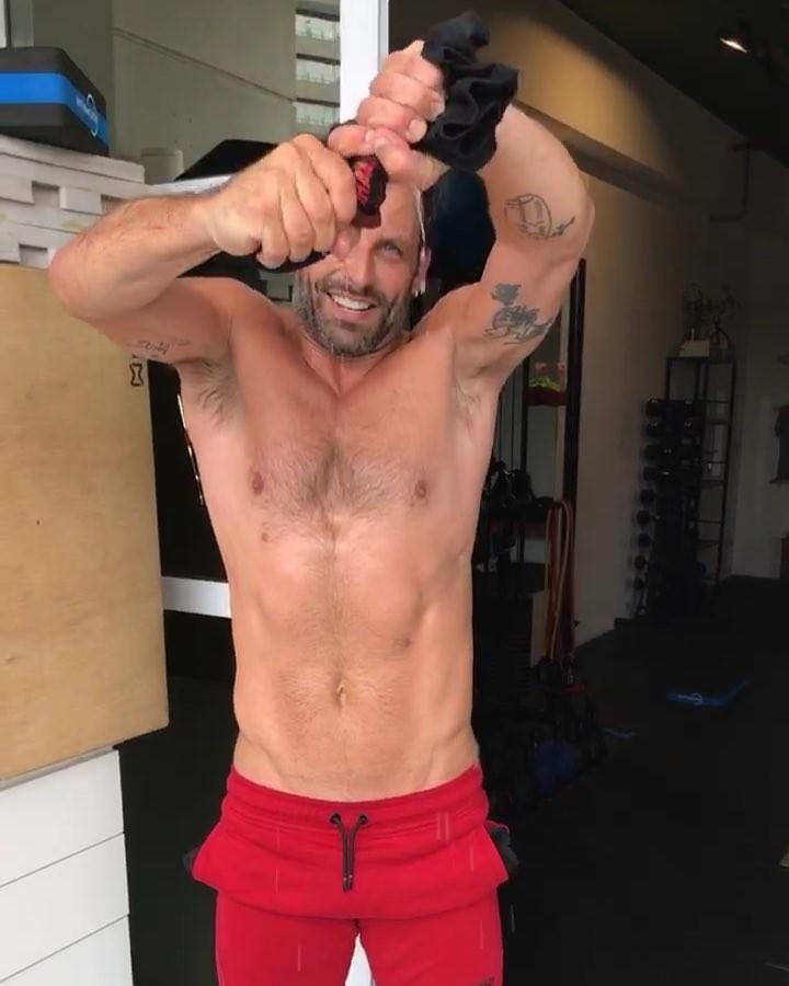 Henri Castelli torce a camisa de suor pós treino (Foto: Instagram/Reprodução)