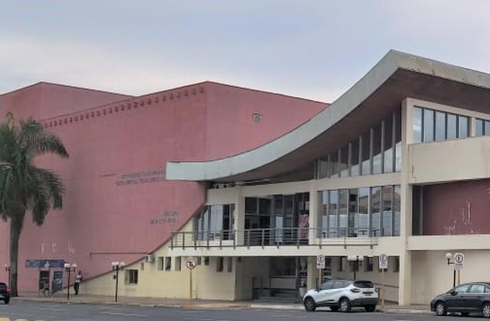 Teatro Municipal só recebe lives e gravações, com limitação de 15 pessoas; local aguarda licitação do sistema de ar-condicionado — Foto: Prefeitura de Bauru/Divulgação