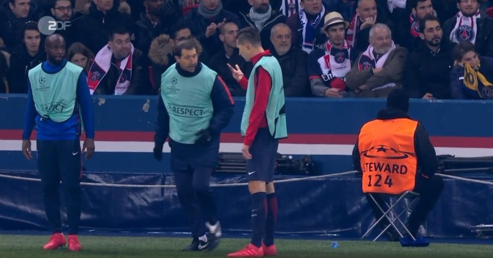 Draxler mostra insatisfação ao membro da comissão técnica do PSG pela demora para entrar no jogo (Foto: Reprodução/ZDF)