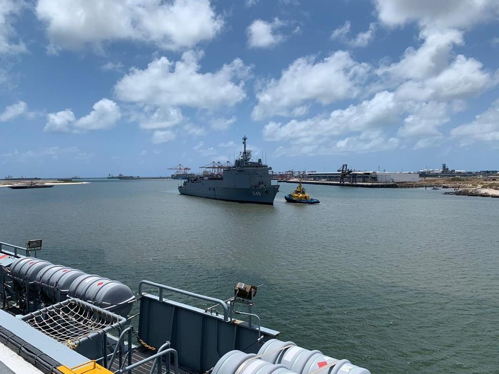 Navios da Marinha do Brasil chegaram, neste domingo (10), ao Porto de Suape para atuar no combate ao vazamento de óleo no Nordeste — Foto: Mhatteus Sampaio/TV Globo