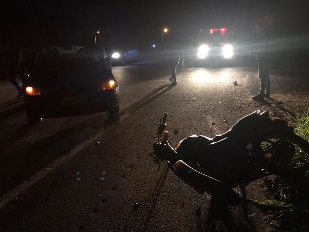 Duas pessoas morrem após motocicleta e carro se chocarem (Foto: Corpo de Bombeiros/Divulgação)