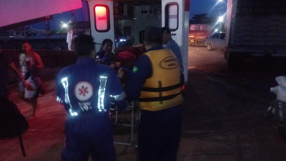 Ambulância do Samu já esperava no porto da Tiradentes para levar mulher picada de cobra ao PSM — Foto: CFS/Divulgação