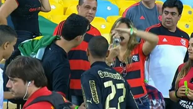 Renan tira foto com torcedores do rival Flamengo no Maracanã (Foto: Reprodução)