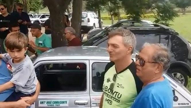 Renato Bolsonaro, um os irmãos do presidente eleito, conversou com simpatizantes na Granja do Torto