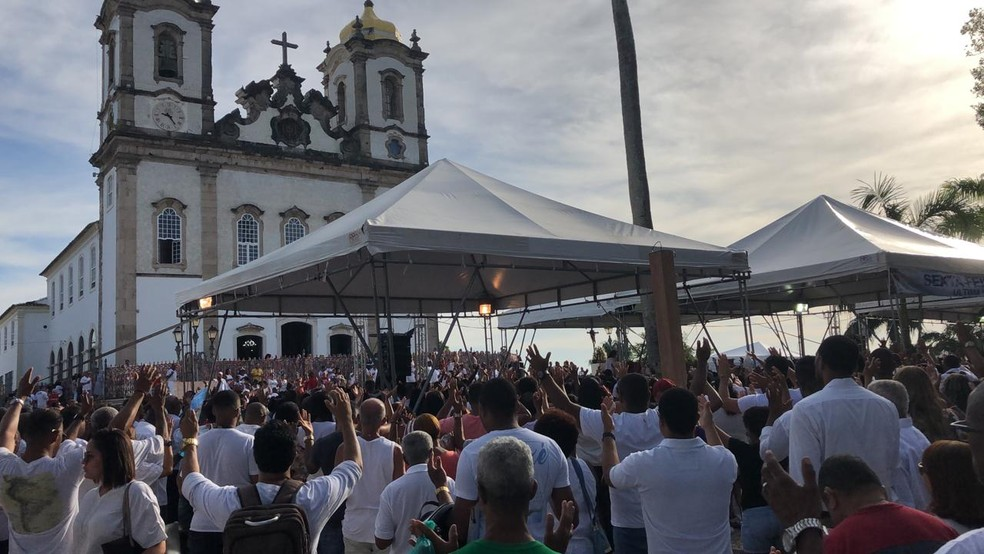 Centenas de fiéis na Colina Sagrada nesta sexta-feira  — Foto: Vanderson Nascimento/TV Bahia
