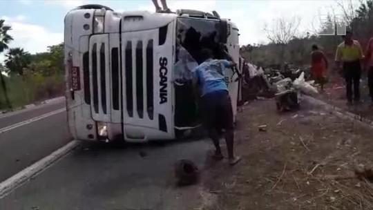 Duas pessoas ficam feridas após carreta tombar na BR-343 em Parnaíba
