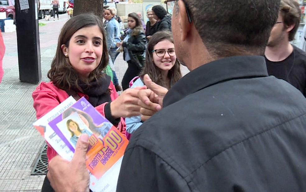 Tábata Amaral conversa com eleitor durante a campanha — Foto: GloboNews/Reprodução