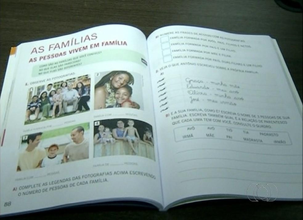Livros didáticos com conteúdo sobre ideologia de gênero foram proibidos nas escolas de Palmas (Foto: Reprodução/TV Anhanguera)