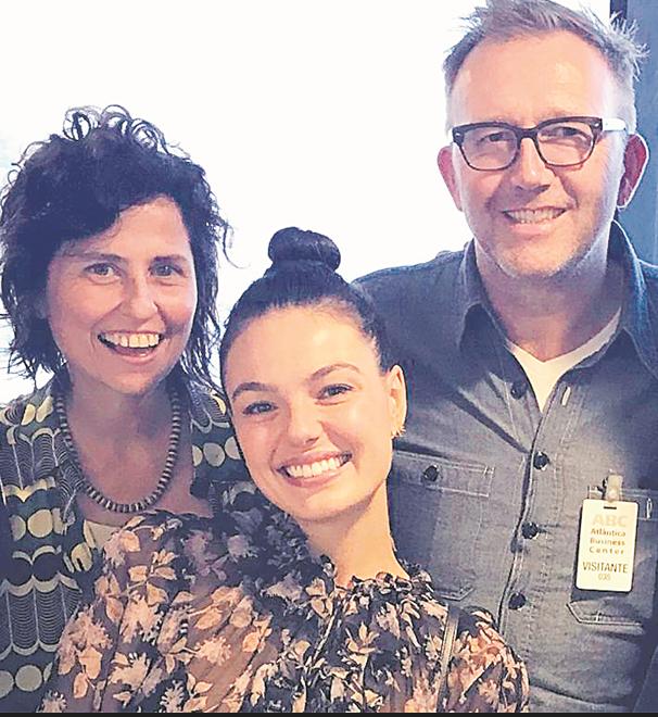 Isis Valverde com a roteirista Márcia Paraiso e o diretor canadense Carl Bessai (Foto: Divulgação)