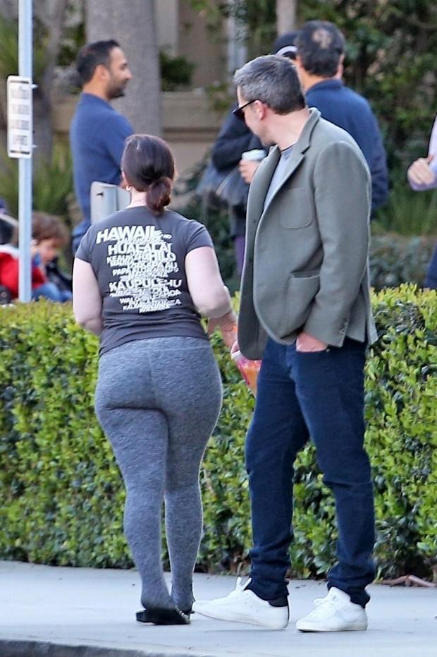 Ben Affleck olha mulher na porta da escola dos filhos (Foto: Backgrid)