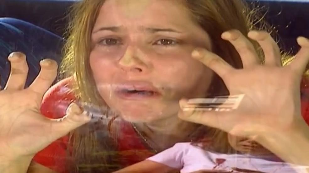 Íris (Deborah Secco) fica em choque com morte da mãe em 'Laços de Família' — Foto: Globo