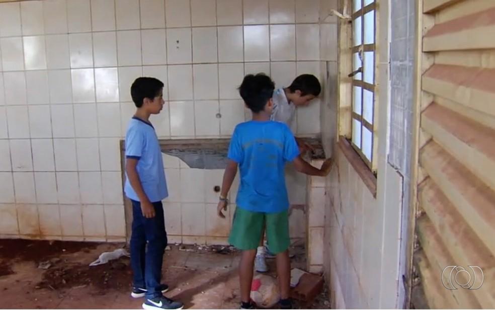 Meninos encontram R$ 12 mil em prédio abandonado e resolvem entregar à polícia — Foto: Reprodução/TV Anhanguera