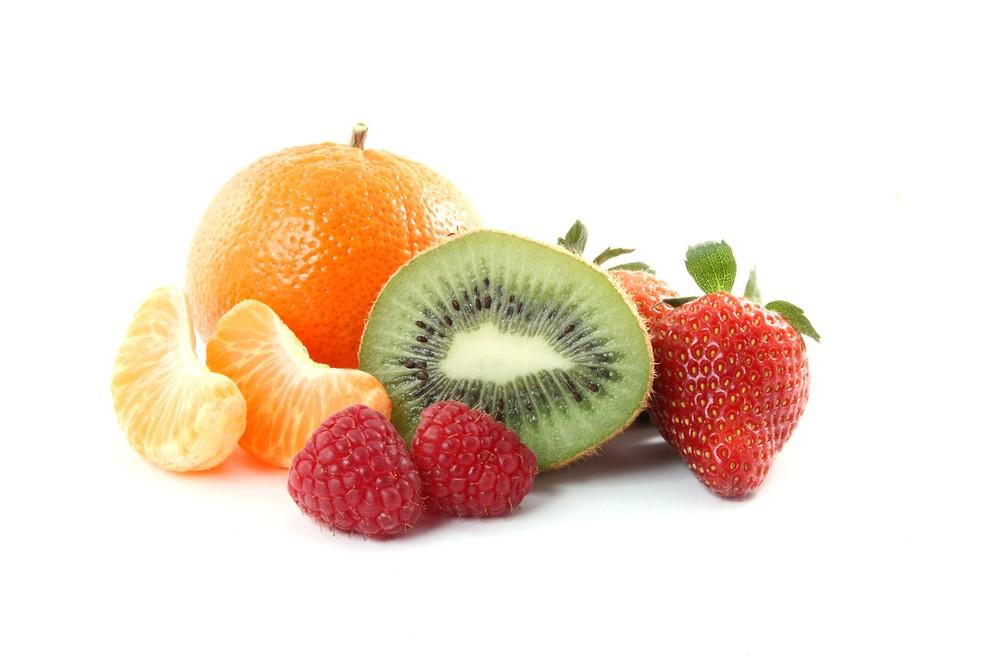 O consumo de frutas cítricas, ricas em vitamina C, durante ou logo após as refeições potencializa a absorção de ferro não heme  — Foto: Istock
