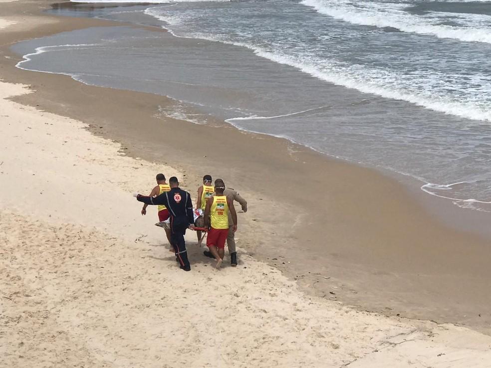Banhista morre afogado e outro é resgatado com vida em praias da zona Leste de Natal — Foto: Kléber Teixeira/Inter TV Cabugi