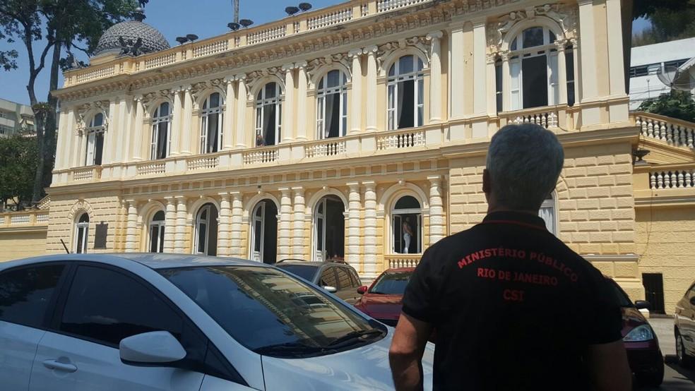 Operação do MP na Câmara de Vereadores de Petrópolis, no RJ (Foto: Alyssa Gomes/Inter TV)