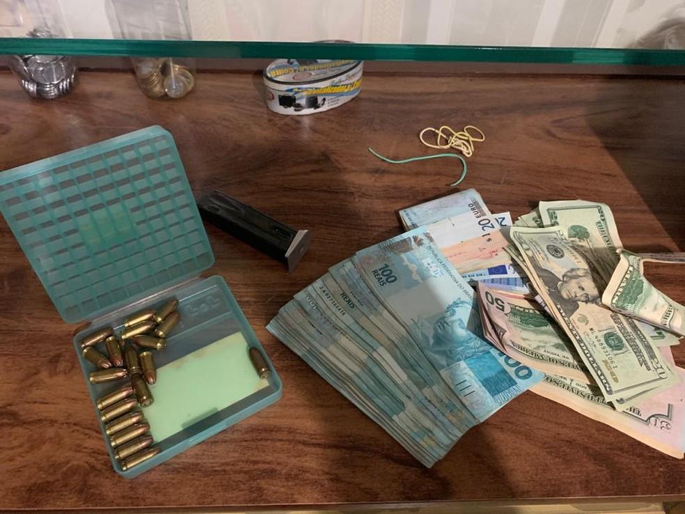 Balas e dinheiro apreendido na manhã desta segunda (3) durante operação contra facção criminosa que atua no país e exterior — Foto: Divulgação PF