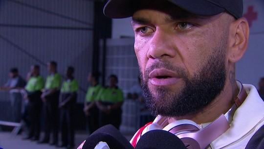 """Convocado, Dani Alves se preocupa com o clube: """"Campeonato tem de parar"""""""