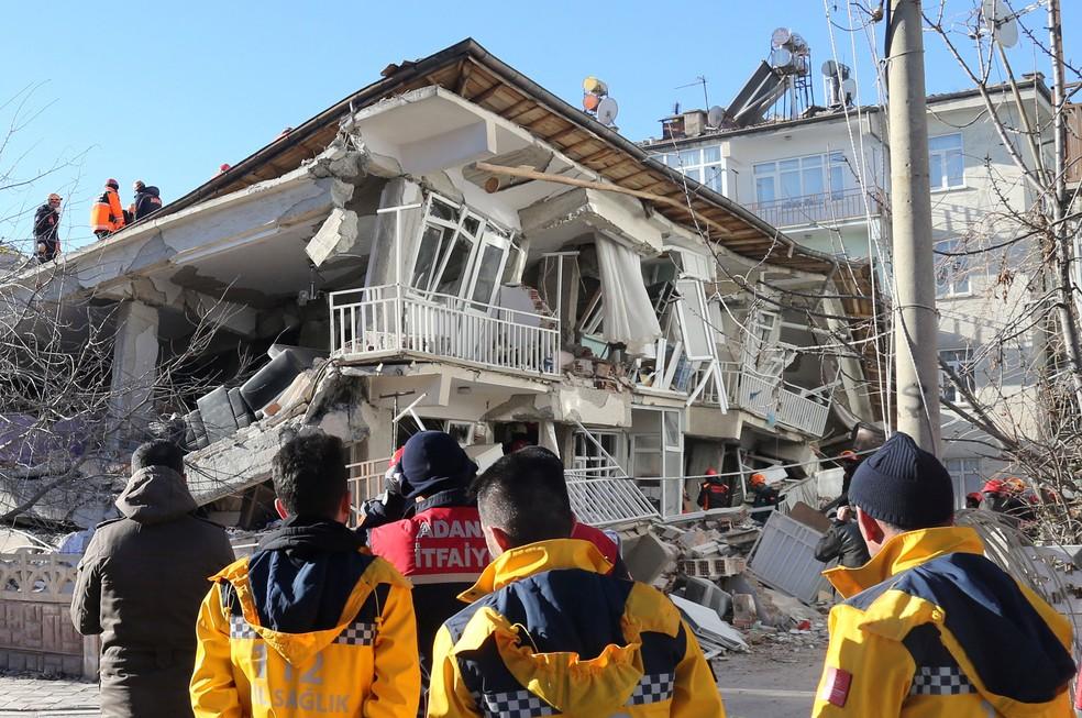 Equipes de resgate em um prédio destruído pelo terremoto na Turquia — Foto: Stringer/Reuters