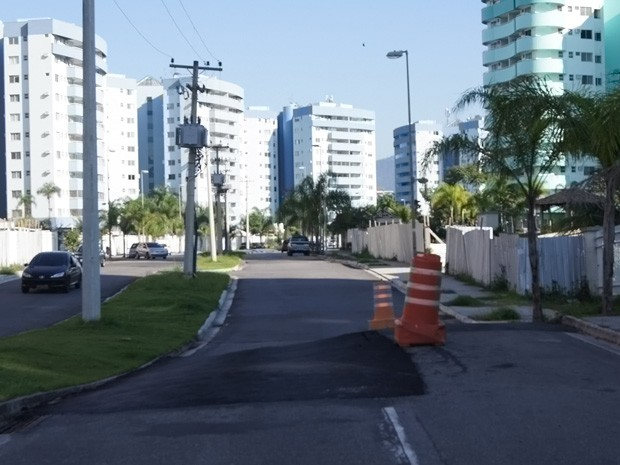 No meio de uma das principais ruas da Vila, o asfalto, que cedeu e foi reparado pela prefeitura está desnivelado (Foto: Cristiane Cardoso / G1)