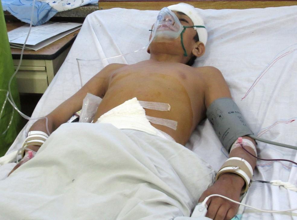 Ferido em ataque na província de Zabul, no Afeganistão, recebe tratamento em um hospital em Kandahar nesta quinta-feira (19). — Foto: Ismail Sameem/Reuters