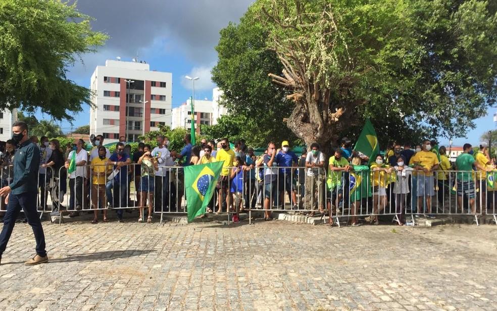 Apoiadores de Jair Bolsonaro em frente ao Aeroporto de Aracaju — Foto: Joelma Gonçalves/G1