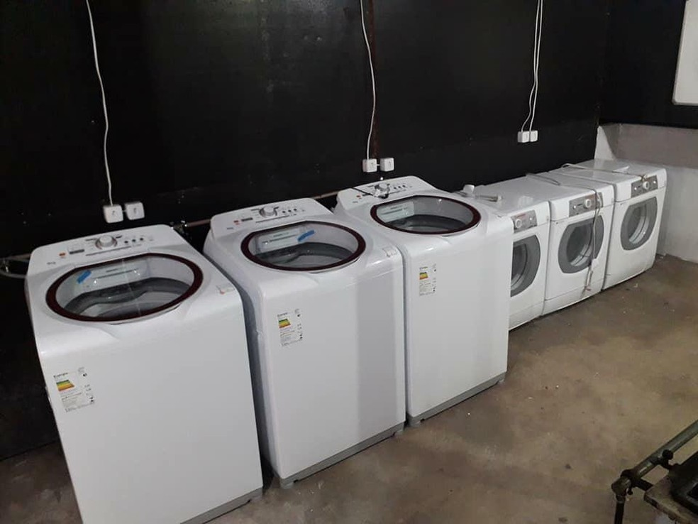 Máquinas de lavar e secar foram adquiridas através de doações para ajudar na limpeza das roupas de bombeiros  — Foto: Márcio Santos/Arquivo pessoal