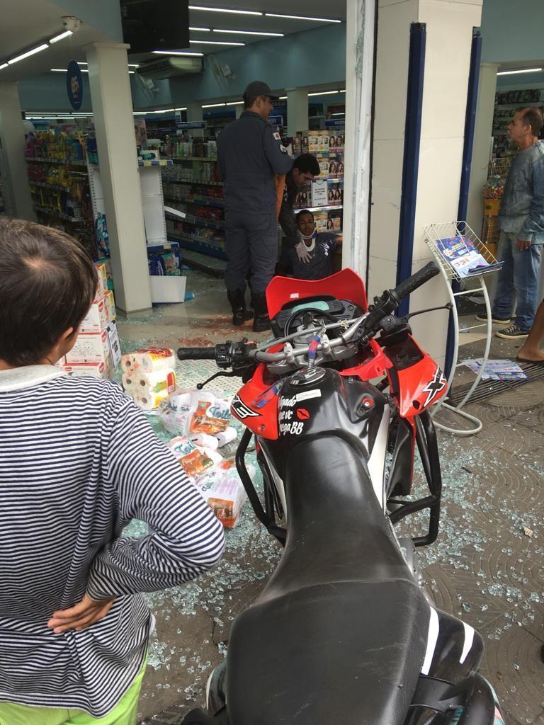 Menor de idade perde controle de motocicleta e bate em vitrine de farmácia no Centro de Caratinga - Notícias - Plantão Diário