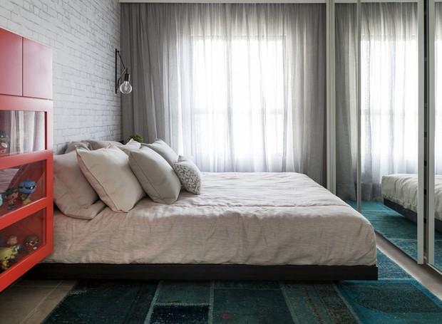 Tapete de patchwork da Doural. Cortina, modelo Tecido e feitio, à venda na Sol & Art (Foto: Julia Ribeiro/Divulgação)