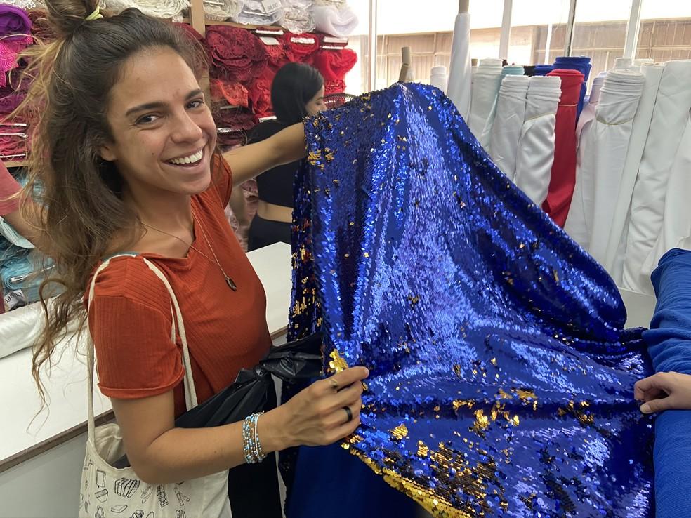 A educadora Elisa Del Nero escolhe tecidos para confeccionar sua fantasia de carnaval em São Paulo — Foto: Patrícia Figueiredo/G1