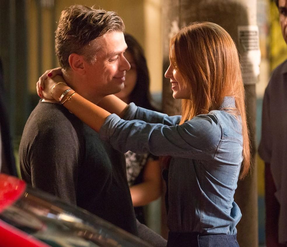 Arthur (Fábio Assunção) fica radiante e aceita namorar Eliza (Marina Ruy Barbosa) — Foto: Fabiano Battaglin/Gshow