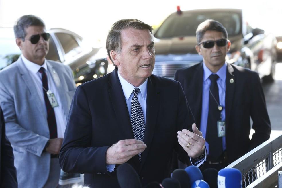 O presidente Jair Bolsonaro falou com a imprensa pouco antes de assinar a medida provisória da dívida de contribuintes com a União — Foto: Antonio Cruz/ Agência Brasil