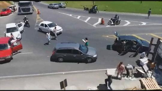 Após tombar em rodovia de SC, caminhão é saqueado e PM usa balas de borracha