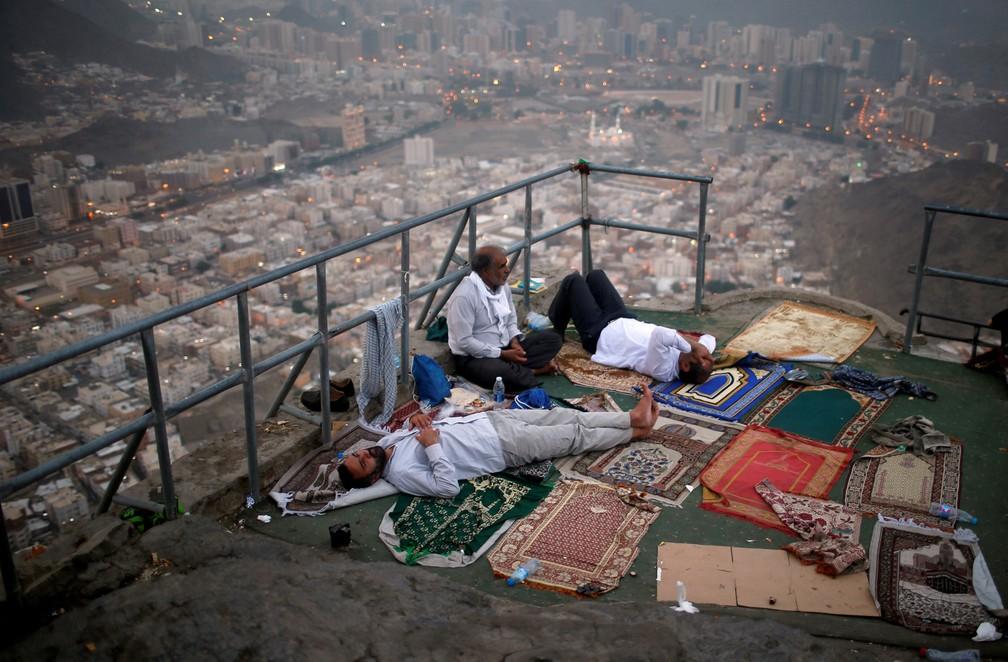 Peregrinos muçulmanos visitam o Monte Al-Noor, onde os muçulmanos acreditam que o Profeta Mohammad recebeu as primeiras palavras do Alcorão, na cidade sagrada de Meca, na Arábia Saudita (Foto: Suhaib Salem/Reuters)