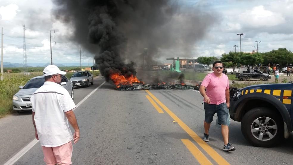 Caminhoneiros queimaram pneus na quinta-feira durante manifestação que segue em andamento em Sobral.  (Foto: PRF/Divulgação)