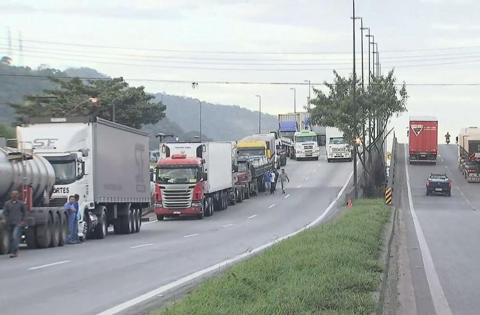 Caminhoneiros paralisam uma faixa da alça de acesso ao Porto de Santos  (Foto: Reprodução/TV Tribuna)