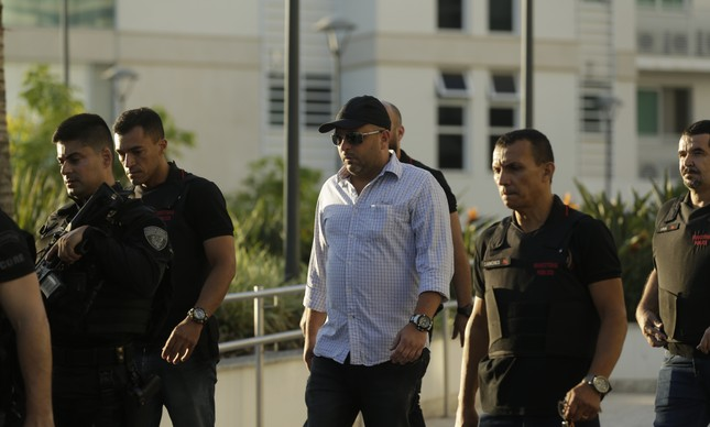 O major Ronald Paulo Alves Pereira, suspeito de integrar a cúpula do Escritório do Crime, que estaria por trás do assassinato de Marielle, é preso em casa na Barra da Tijuca