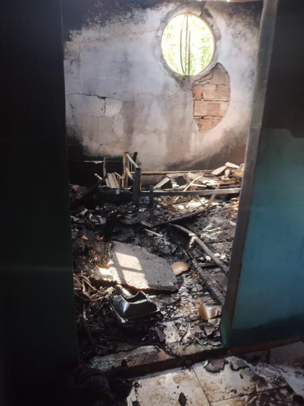 Casa foi atingida por um raio na noite desta terça-feira (30) em Iguaba Grande, no RJ; ninguém ficou ferido — Foto: Arquivo pessoal