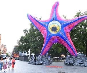 DC instala estátua de alienígena de 'O Esquadrão Suicida' no centro de Londres