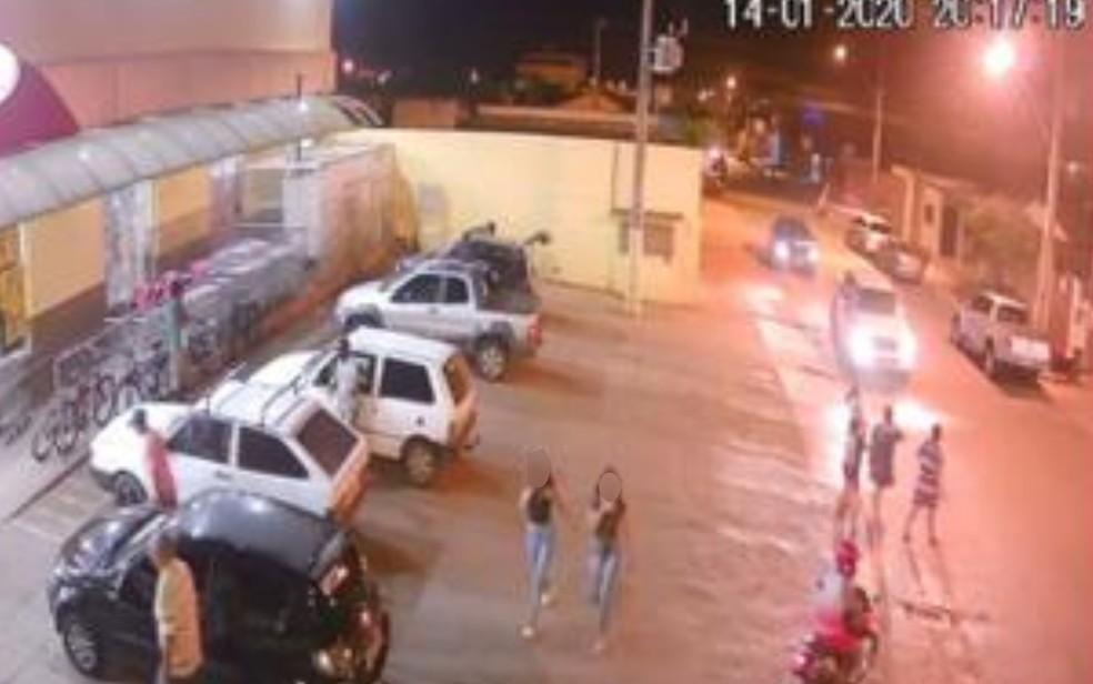 Câmeras de segurança registraram as adolescentes em direção ao parque, em Rio Verde — Foto: Polícia Civil de Goiás/Divulgação